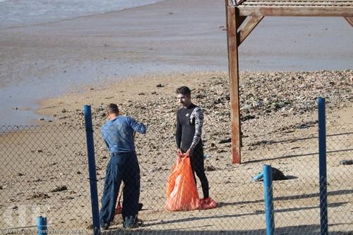 זיהום זפת בחוף הרצליה - צילום: דרור הרצליה